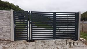 Dvojkrídlová brána s bráničkou a schránkou.
