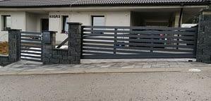Hliníková samonosná brána vo svahu s bráničkou